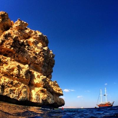 Яхты подходят вплотную к коралловым рифам