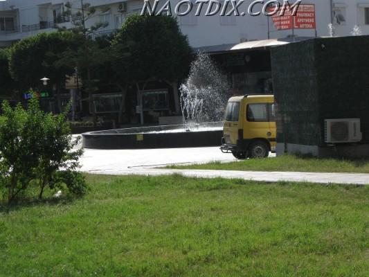 Чтобы увидеть машины, надо будет подойти к самому фонтану.