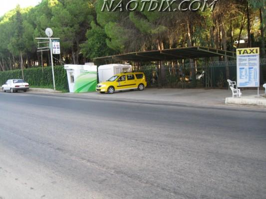 Рядом обязательно находится стенд с расценками услуг такси по самым популярным направлениям.