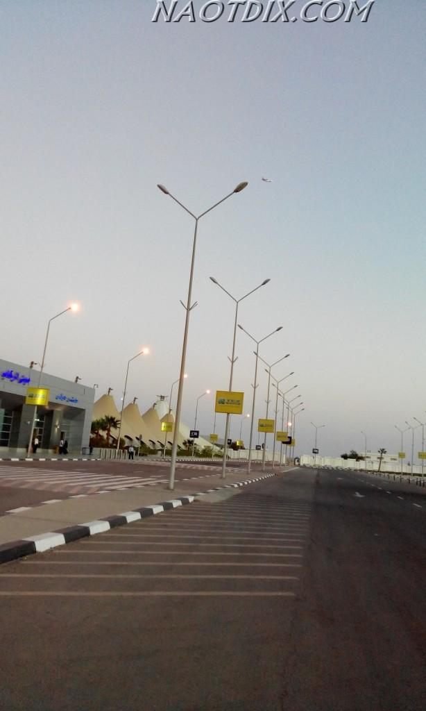 Стоянка такси находится прямо и справа от выхода из терминала.